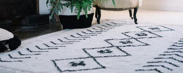 tapis marocain avec des motifs de losanges dans un salon moderne près d'une cheminée